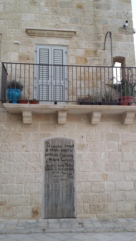 Polignano a Mare, poezja na drzwiach