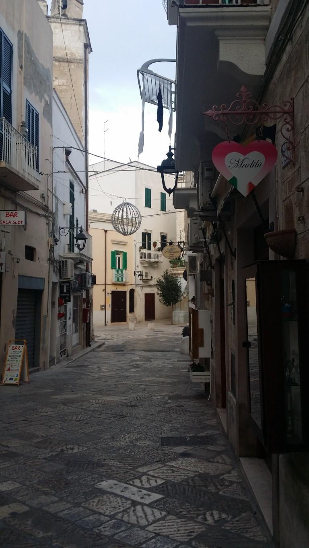 Wąskie uliczki w Monopoli we Włoszech